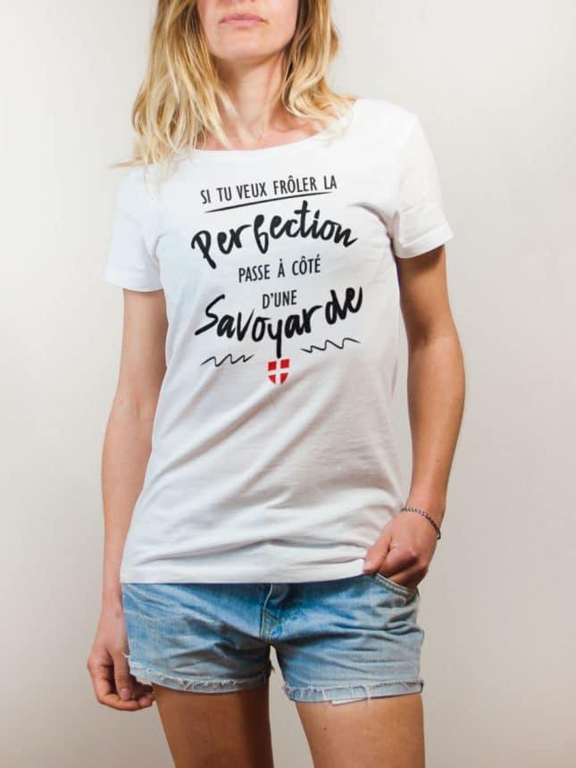 T-shirt Savoie : Frôle la perfection passe à côté d'une Savoyarde femme blanc