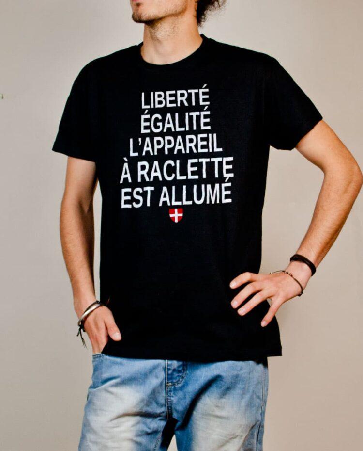 T-shirt Savoie : Liberté Égalité Appareil à Raclette Allumé homme noir