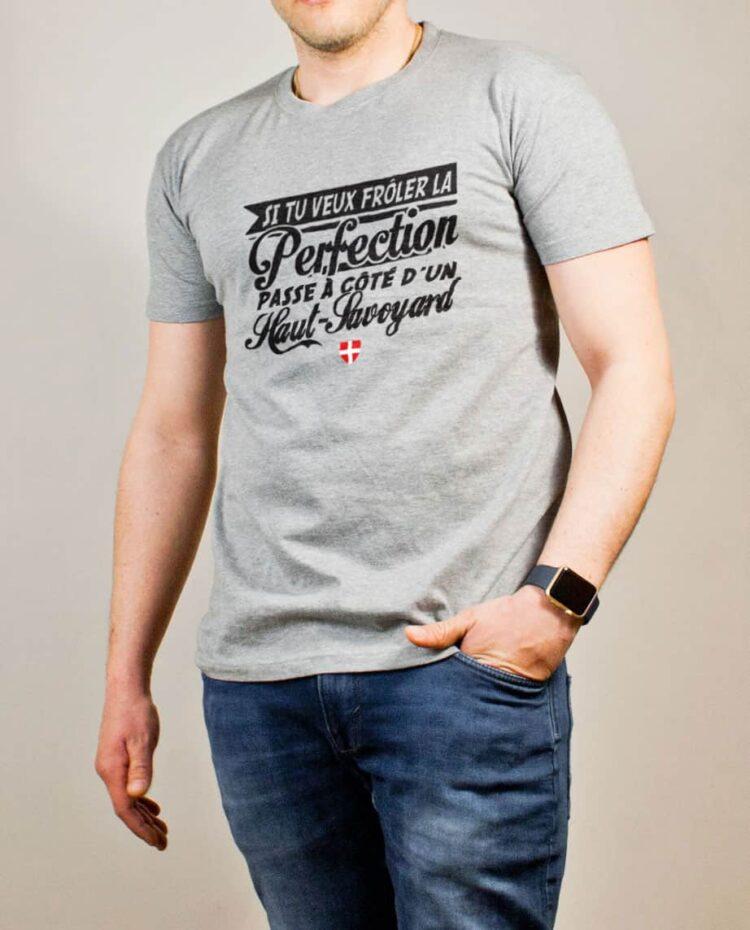 T-shirt Haute-Savoie : Frôle la perfection passe à côté d'un Haut-Savoyard homme gris