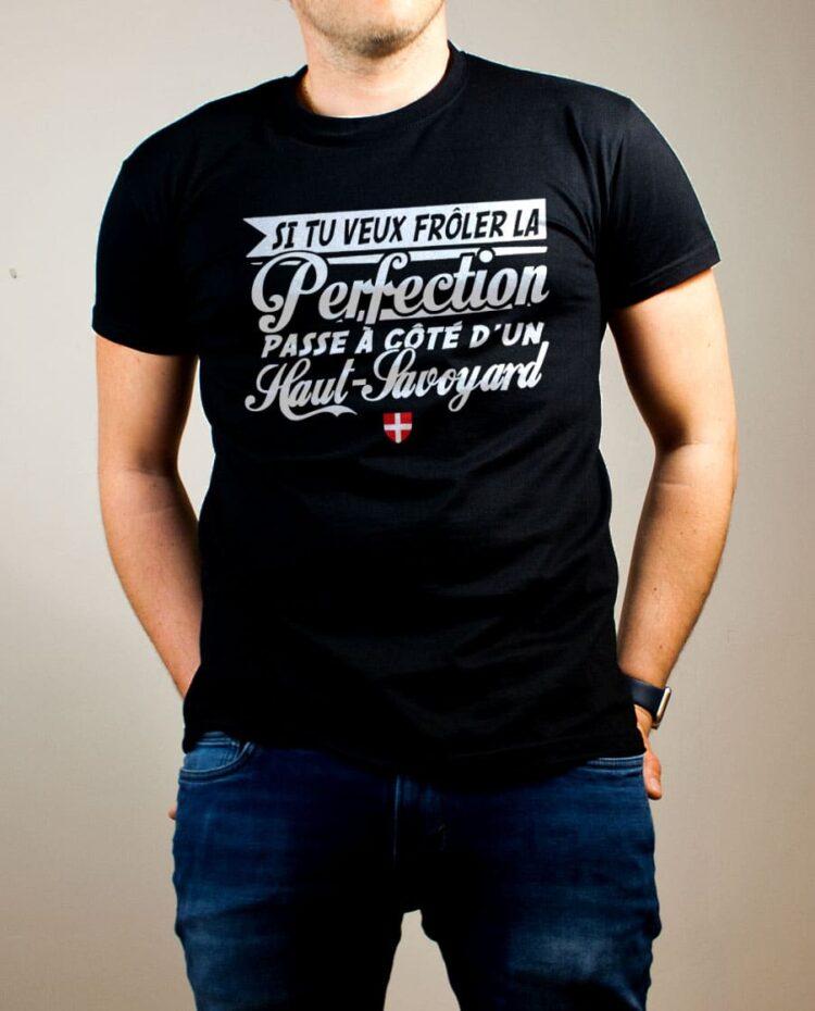T-shirt Haute-Savoie : Frôle la perfection passe à côté d'un Haut-Savoyard homme noir